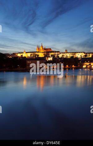 Blick auf Moldau zur Karlsbrücke und das Burgviertel, der UNESCO, Prag, Böhmen, Tschechische Republik - Stockfoto