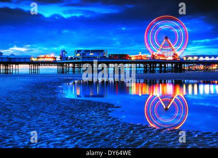 Blackpool in der Abenddämmerung - Stockfoto