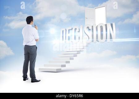 Entscheidung gegen die Treppe, die zum Öffnen der Tür in den Himmel - Stockfoto