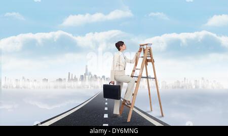 Zusammengesetztes Bild der Geschäftsfrau klettern die Karriereleiter mit dem Aktenkoffer - Stockfoto