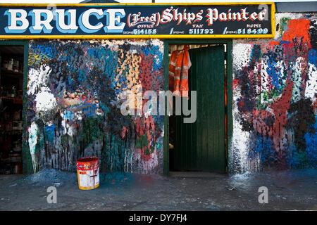 Fraserburgh, Schottland 8. April 2014. Die bunte Wand W Bruce Schiff Maler Büro im Hafen von Fraserburgh.  Im Büro - Stockfoto