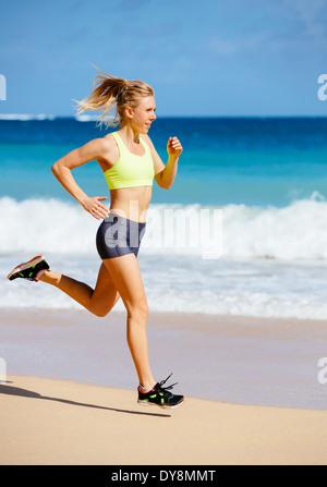 Sportliche Fitness Frau am Strand laufen. Weibliche Läufer Joggen. Outdoor-Training. Fitness-Konzept. - Stockfoto