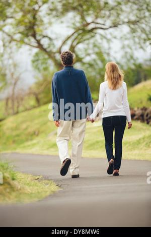 Happy mittleren gealterten Liebespaar zu Fuß auf wunderschönen Country road - Stockfoto