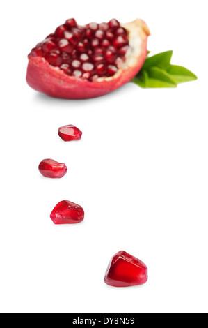 Saftige Scheibe Granatapfel-Frucht isoliert auf weißem Hintergrund - Stockfoto