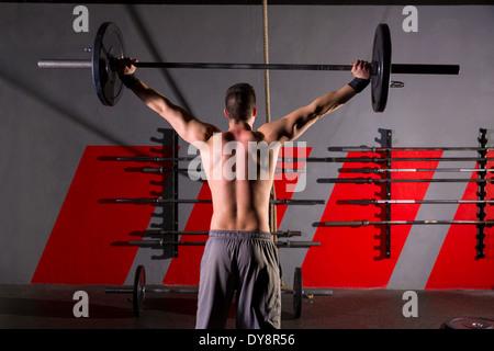 Langhantel Gewichtheben Mann Rückansicht Rückentraining Übungen im Fitness-Studio-box - Stockfoto