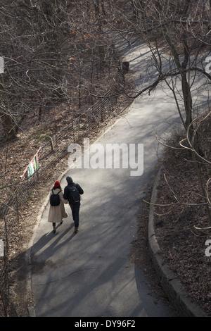 Junges Paar Fuß im Prospect Park in den ersten Tagen des Frühlings, Brooklyn, NY. - Stockfoto