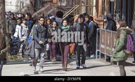 Von Brooklyn Tech High School Schüler nach der Schule im Stadtteil Fort Greene von Brooklyn, NY. - Stockfoto