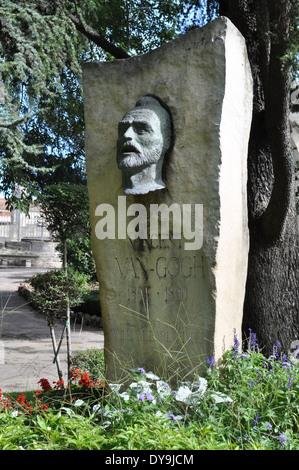 Festschrift Steinfigur Büste Kopf des holländischen Malers Vincent Van Gogh im Park des römischen Theaters in Arles, - Stockfoto