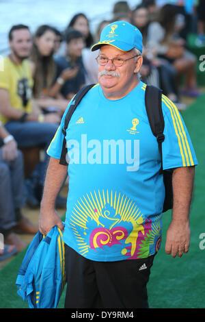 Rio De Janeiro, Brasilien. 10. April 2014. Eine freiwillige Geschenke die Uniform für FIFA World Cup Freiwilligen - Stockfoto