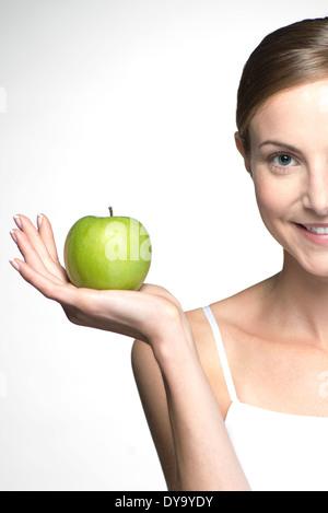 Junge Frau hält grüner Apfel - Stockfoto