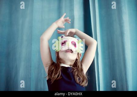 Kleine Mädchen tragen Maske - Stockfoto