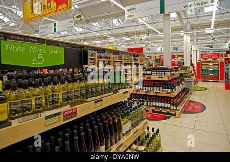 niedrige Preise für Wein auf dem Display an Safeway-Supermarkt in Hadleigh Suffolk - Stockfoto