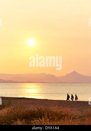 Silhouette von Menschen zu Fuß am Strand. Dénia. Alicante. Spanien - Stockfoto