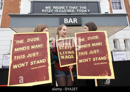 London, UK. 11. April 2014. Mitarbeiter streiken und protestieren vor dem noblen Kino in Brixton, Südlondon. Das - Stockfoto