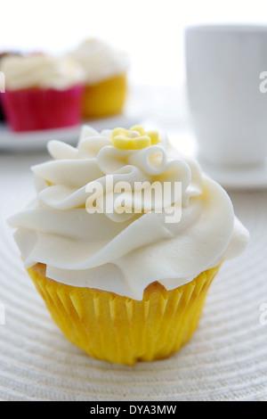 Lemon Cupcakes bereift mit süßer Buttercreme Zuckerguss und gelbe ...