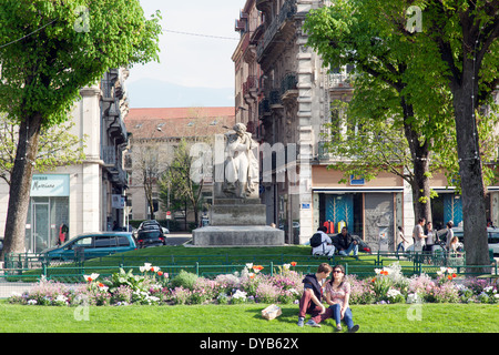 Paar küssen im Victor Hugo Square Grenoble Frankreich - Stockfoto