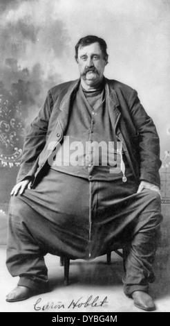 C - Hoblet.  Enorm dicker Mann, sitzend, Ganzkörperansicht, nach leicht links. 1909 - Stockfoto
