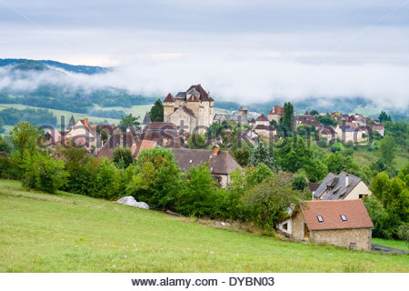 Morgennebel über Curemonte, Département Corrèze, Limousin, Frankreich - Stockfoto