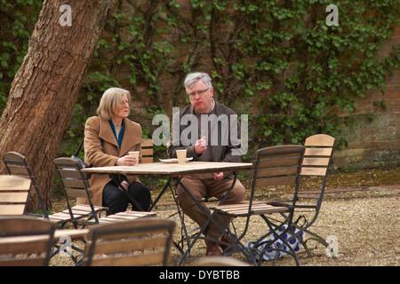 Paar genießt Erfrischungen außerhalb im April - Stockfoto