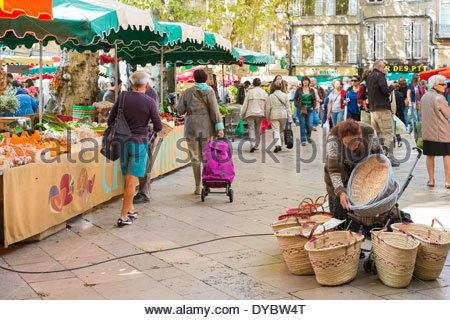 Frau verkaufen Körbe am Morgen Bauernmarkt am Ort Richelme, Aix en Provence, Frankreich - Stockfoto