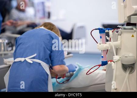 Eine Krankenschwester mit einem Patienten, der Behandlung für ...