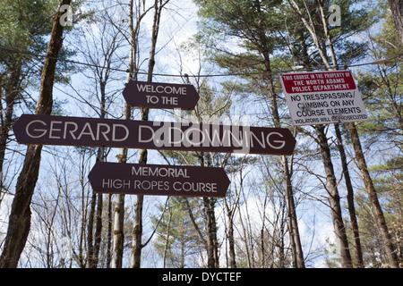 North Adams (Massachusetts) Downing Memorial hohe Seilgarten Zeichen empfängt den Besucher mit einer Warnung. - Stockfoto