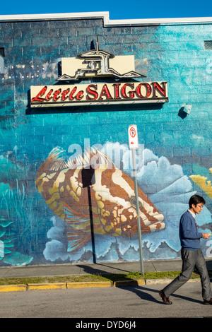 Orlando Florida East Colonial Drive Little Saigon Zeichen Wandbild asiatischer Mann Straße bauen - Stockfoto