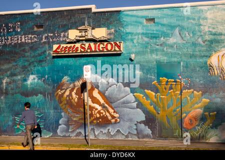 Orlando Florida Colonial Drive Little Saigon asiatische Mann Wandbild Zeichen Straßenbau - Stockfoto