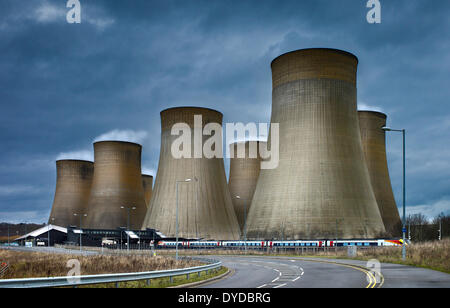 Ratcliffe auf Soar Kraftwerk neben Bahnhof East Midlands Parkway. - Stockfoto