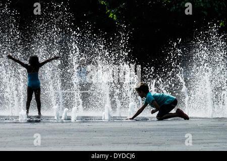 Kinder spielen in den Brunnen auf der South Bank in London. - Stockfoto
