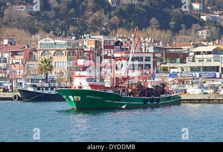 Fischtrawler auf dem Bosporus, Istanbul in der Türkei. - Stockfoto