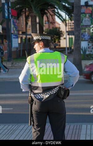 Der Polizist Policia lokalen blickt zur Seite. - Stockfoto