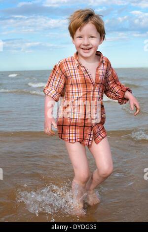 Ein vier Jahre alter Junge, im Meer zu spielen. - Stockfoto