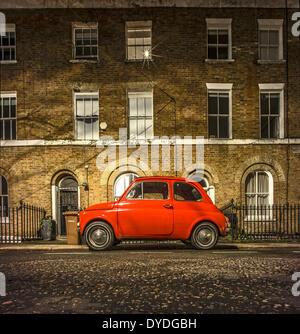 Ein original Fiat 500 auf einer Londoner Straße geparkt. - Stockfoto