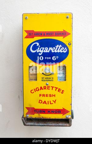 Eine antike Zigarettenautomat an einer Wand im Vereinigten Königreich - Stockfoto