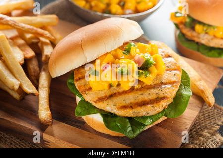 Mahi Fisch-Sandwich mit Salsa und Salat - Stockfoto