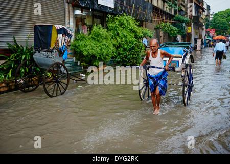 Indien, Westbengalen, Kalkutta, Calcutta, der letzte Tag der Rikscha von Kolkata, Rikscha auf der Straße - Stockfoto