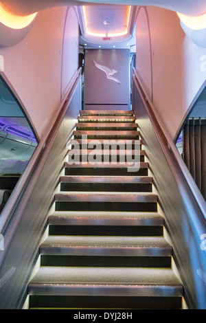 Melbourne Australien Qantas Airlines an Bord Flug Kabine Klasse Treppe obere untere Firmenlogo - Stockfoto