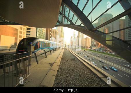 U-Bahn-Zug in Dubai, Vereinigte Arabische Emirate - Stockfoto