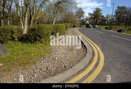 Doppelte gelbe Linien auf einer Ecke, Haupt Straße. - Stockfoto