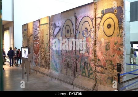 Teil der Berliner Mauer im Newseum in Washington, D.C. - Stockfoto