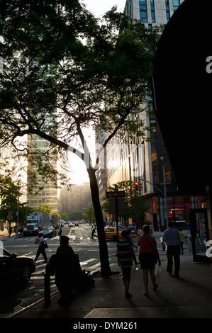 Die Innenstadt von New York City bei Sonnenuntergang mit viel beschäftigte Leute, die zu Fuß - Stockfoto