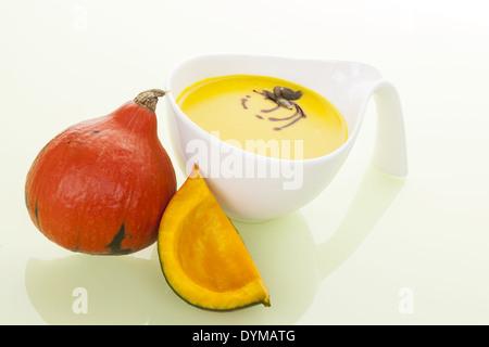 Saisonale Herbst Suppe Hintergrund. Hokkaido Kürbis und Kürbis-Suppe isoliert. Kulinarischen Suppe essen. - Stockfoto