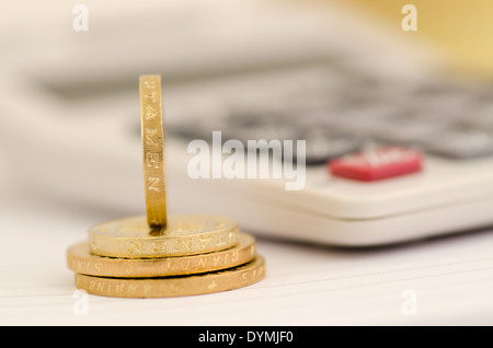 Ein Pfund Münzen und Taschenrechner - Stockfoto
