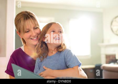 Mutter und Tochter im Wohnzimmer lesen Stockfoto