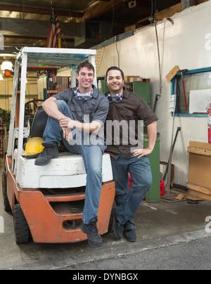 Arbeitnehmer, die lächelnd zusammen im Lager - Stockfoto