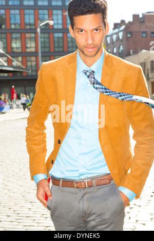 Gemischte Rassen Geschäftsmann zu Fuß auf Stadtstraße - Stockfoto