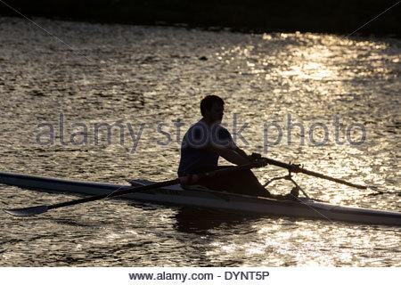 Silhouette eines Mannes auf einem See rudern - Stockfoto