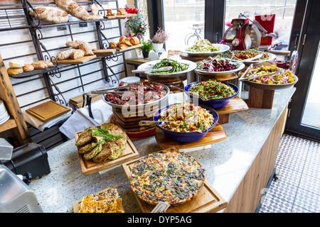 Schöne Darstellung der vegetarische Salate in einem mediterranen Restaurant. - Stockfoto