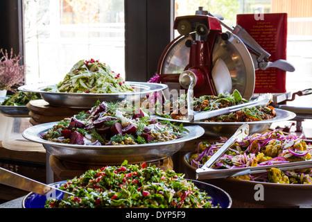 Eine Auswahl an Salaten auf dem Display in einem Restaurant Fenster mit Fokus auf rote Beete, Linsen, Kapern, Dill - Stockfoto